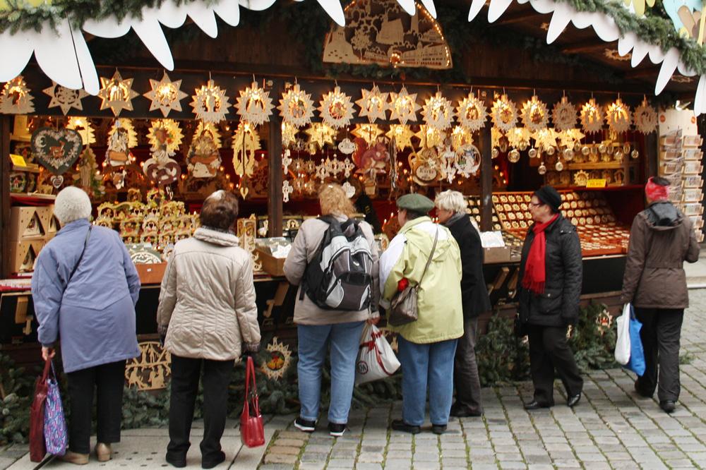 Bude auf dem Leipziger Weihnachtsmarkt. Foto: Ralf Julke