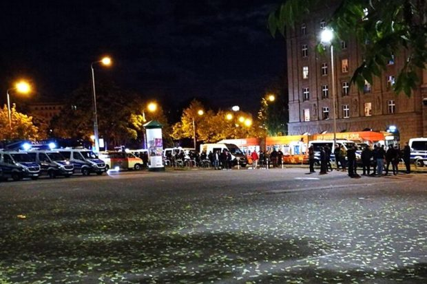 Am Leuschnerplatz wurden (hier gegen 20:30 Uhr) Fans der BSG einer Identitätsfeststellung unterzogen. Foto: Andreas Bernatschek