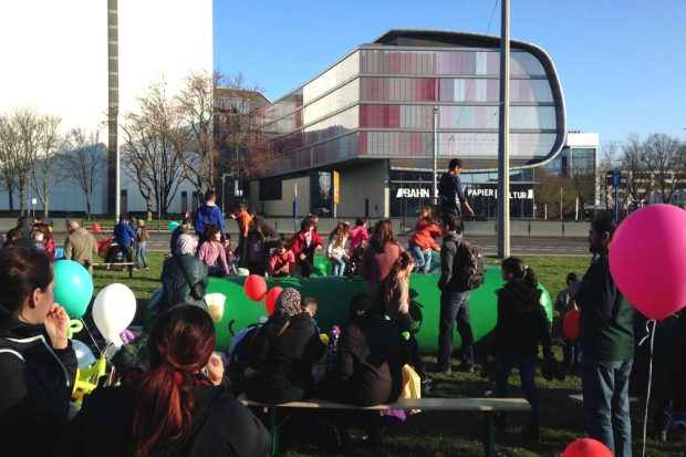 Ein gemeinsames Fest im Jahr 2015 auf dem Deutschen Platz und Hilfsbereitschaft. Seit vergangenem Jahr wird immer mehr über Abschiebungen debattiert. Foto: L-IZ.de