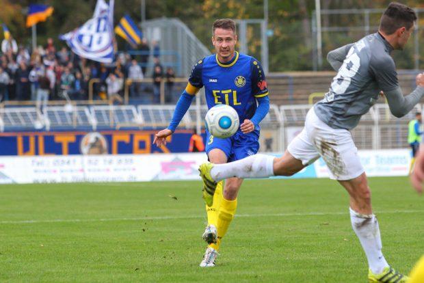 Lok-Kapitän Markus Krug treibt den Ball nach vorn. Foto: Jan Kaefer