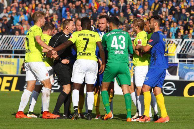 Schiedsrichter Oliver Lossius löste eine kurzzeitige Gruppenaufregung ohne Kartenvergabe wieder auf. Foto: Jan Kaefer