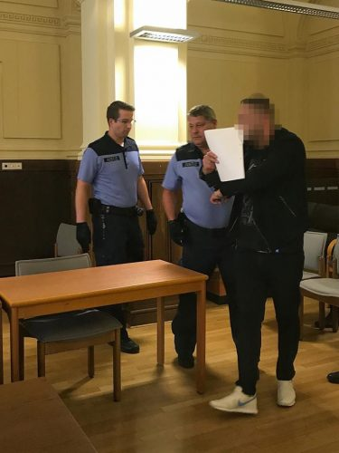 Justizbeamte führen den Angeklagten Dumitro-Dan I. (30) in den Gerichtssaal. Foto: L-IZ.de