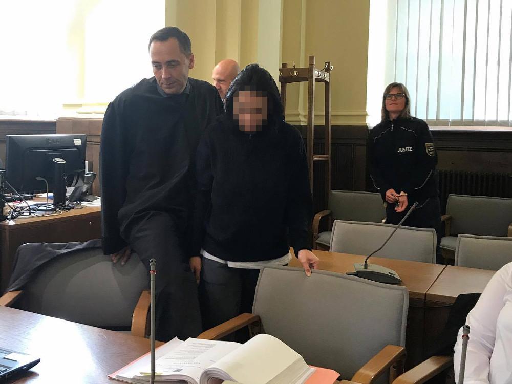 Die mutmaßliche Komplizin Rebeca-Laura Z. (30) mit Strafverteidiger Mario Thomas. Foto: L-IZ.de