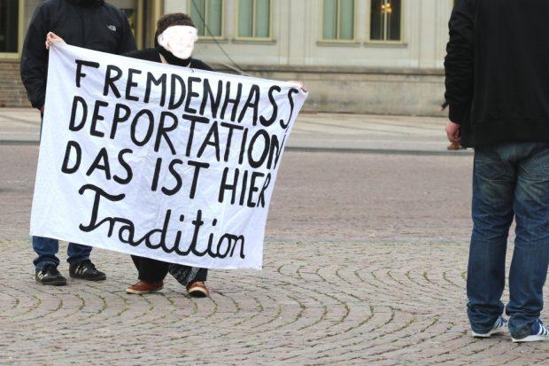 Hat sie Recht? Wahrscheinlich, da die Verfahren und die Lage in Afghanistan fragwürdig sind. Foto: L-IZ.de