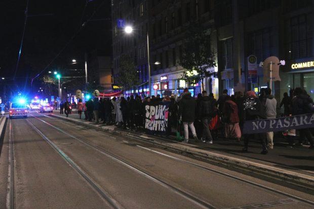 Rund 200 Menschen im Demozug auf der Karli. Foto: L-IZ.de