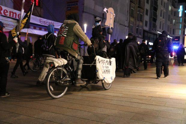 """Der Mampf für den Kampf. Die Kürbissuppe rollte mit - ein paar Euro gingen als Soli ans """"Black Triangle"""". Foto: L-IZ.de"""