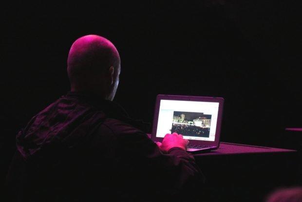 Der rührige Fotograf bei der Arbeit. Medien sind wichtig. Foto: L-IZ.de