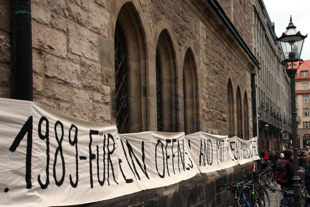 """Wie viel ist geblieben? """"Für ein offenes Land mit freien Menschen"""" an der Nikolaikirche 2016. Foto: LZ"""