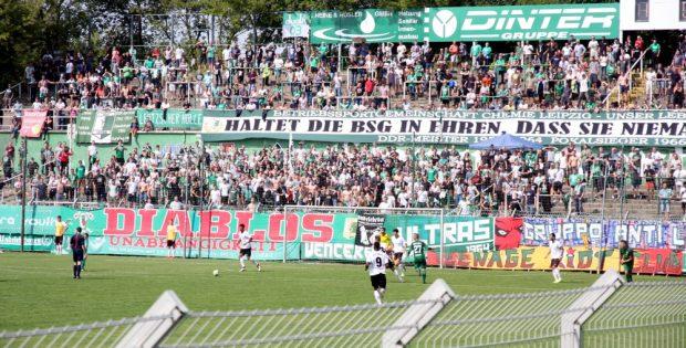 Die Fans der BSG Chemie, Journalisten und Unbeteiligte im Fokus der Behörden. Foto: L-IZ.de