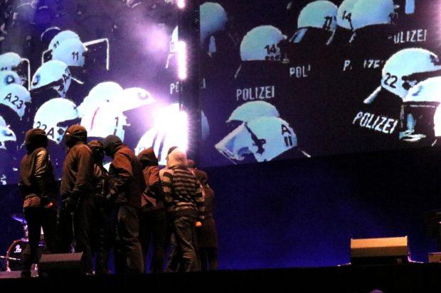 Schöne Farben und große Bilder auf der Bühne - hier: Gewalt. Foto: L-IZ.de
