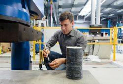 Stefan Käseberg testete für seine Dissertation das Materialverhalten von über 150 carbonverstärkten Probekörpern aus Beton. Foto: Johannes Ernst/HTWK Leipzig