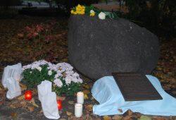 Die erneuerte Gedenktafel lag bereits aus und soll demnächst wieder angebracht werden. Foto: René Loch