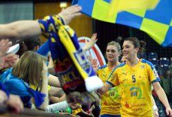 Alexandra Mazzucco (r.) führte den HC Leipzig zuletzt als Kapitänin an. Foto: Jan Kaefer