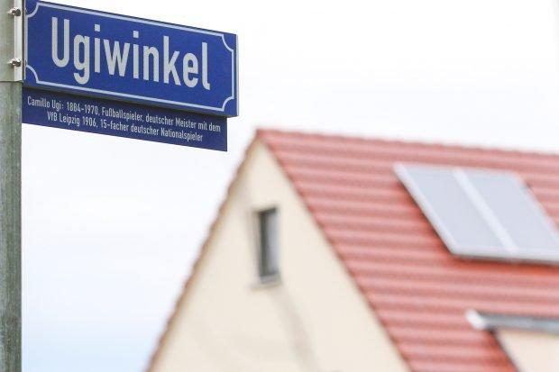 Camillo Ugi im Stadtbild verewigt. Das Strassenschild des Ugiwinkel trägt ab sofort auch eine Erläuterungstafel. Foto: Jan Kaefer
