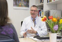 Prof. Christoph Baerwald, 1. Sprecher des Rheumazentrums und Leiter der Sektion Rheumatologie am UKL, im Patientengespräch. Foto: Stefan Straube/UKL