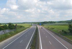 Baumlose Passagen sind an Bundesstraßen fast schon die Regel. Foto: Marko Hofmann
