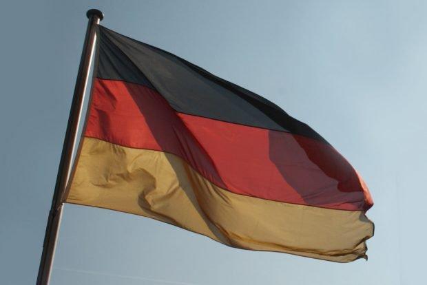 Fahne im Wind. Foto: Ralf Julke