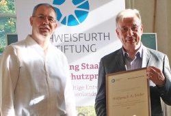 Nils Franke überreicht den Wolfgang Staab-Naturschutzpreis an Wolfgang E.A. Stoiber. Foto: Schweisfurth Stiftung