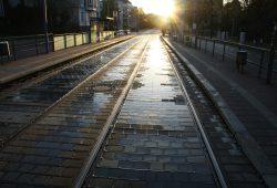 Georg-Schumann-Straße bei Sonnenaufgang. Foto: Ralf Julke