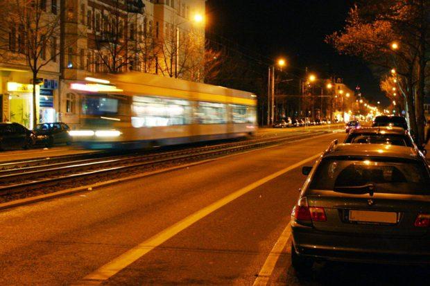 Straßenbahn bei Nacht. Foto: Ralf Julke