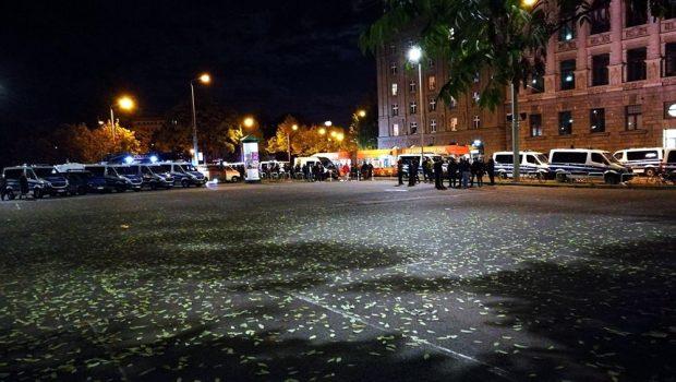 Identitätsfeststellungen am Wilhelm-Leuschner-Platz vor der Stadtbibliothek. Foto: Andreas Bernatschek