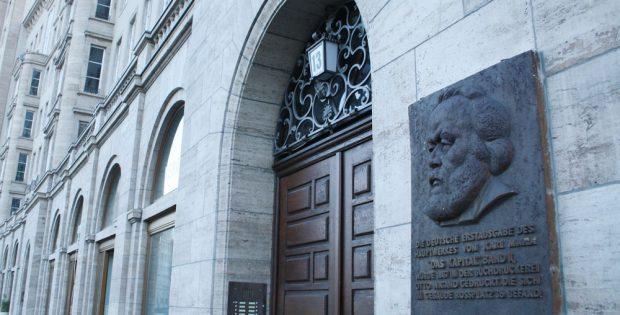 Erinnerungstafel am Rossplatz. Foto: Ralf Julke