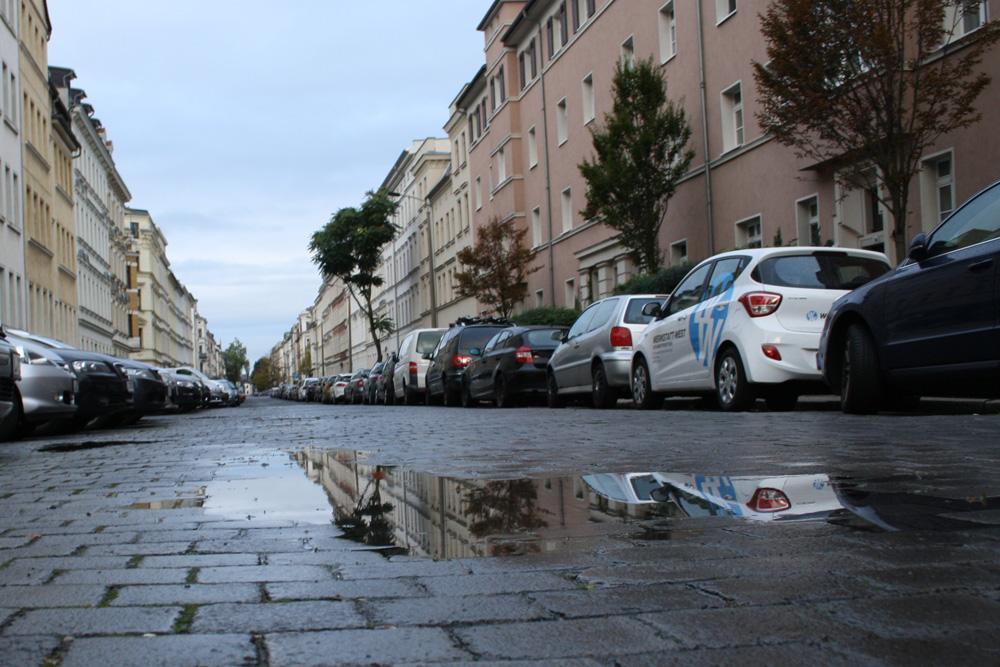 Nette Leipziger Straßen-Pfütze. Foto: Ralf Julke