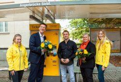 Ulf Middelberg, Mike Demmig und Christiane Mertens, daneben mit Kollegen, bei der Vorstellung der Prototypen der neuen Ticketautomaten für Haltestellen. Foto: Leipziger Gruppe