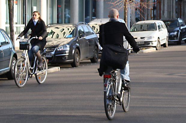 Radfahrer im morgendlichen Berufsverkehr. Foto: Ralf Julke