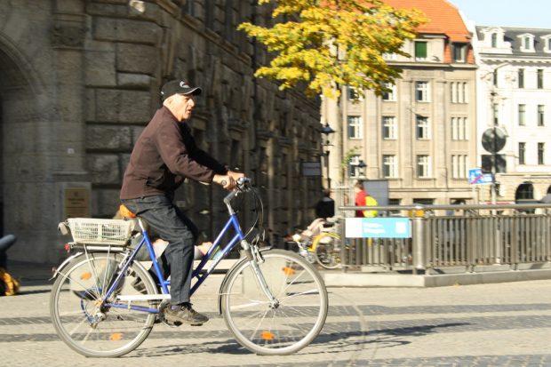 Radfahrer auf dem Burgplatz. Foto: Ralf Julke