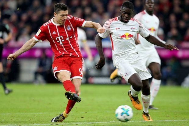 Robert Lewandowski (Bayern) und Dayot Upamecano (RB Leipzig) im Zweikampf. Foto: GEPA pictures/Marcel Engelbrecht