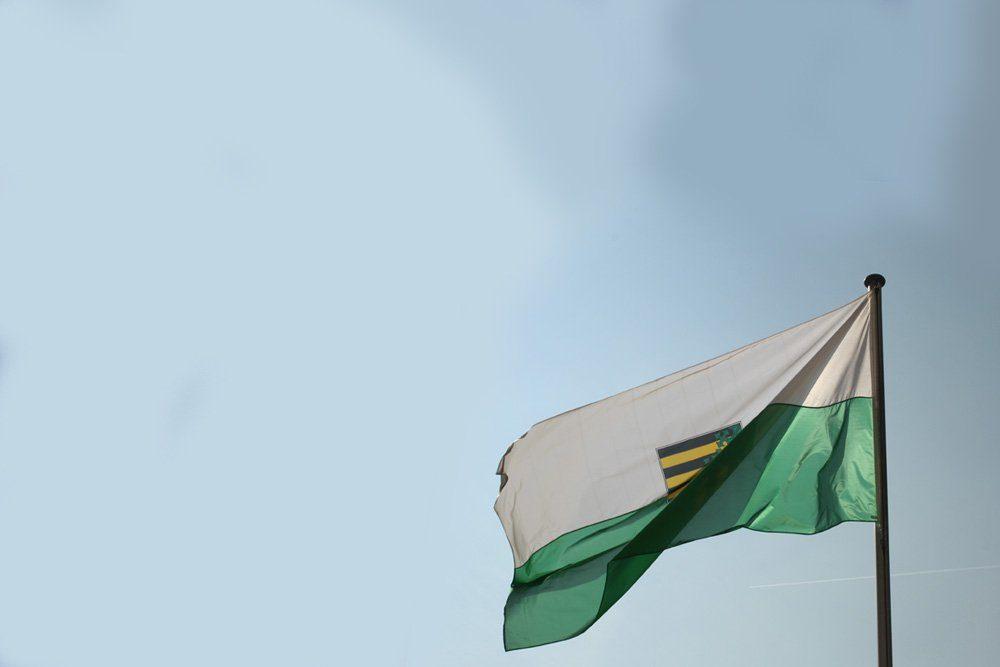 Sachsen-Fahne im Himmelsblau. Foto: Ralf Julke