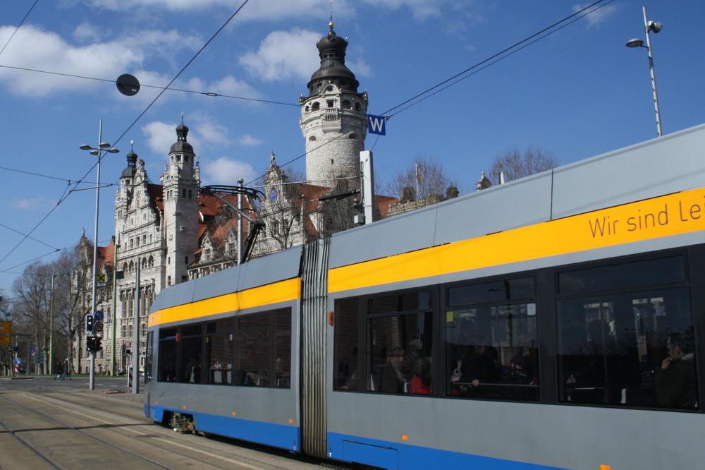 Straßenbahn am Wilhelm-Leuschner-Platz. Foto: Ralf Julke
