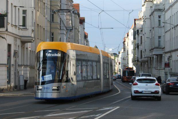 Die neue XL-Straßenbahn unterwegs. Foto: Ralf Julke