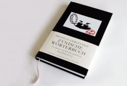 Jörg Drews & Co.: Das neue endgültige Zynische Wörterbuch. Foto: Ralf Julke