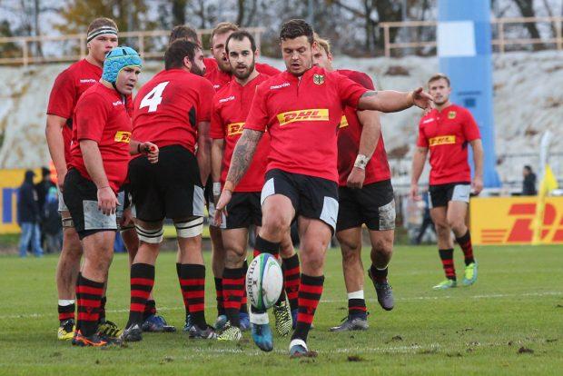 Von seinen Teamkollegen beobachtet, kickt Raynor Parkinson ans Rugby-Ei. Foto: Jan Kaefer