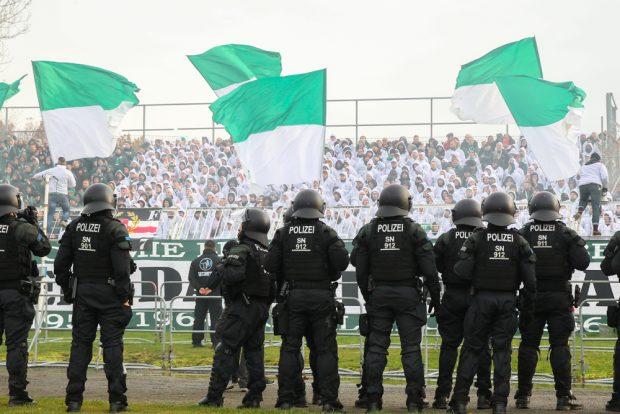 Verdächtig gute Jobs im Bruno-Plache-Stadion Leipzig. Foto: Jan Kaefer