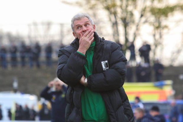 Chemie-Trainer Dietmar Demuth wurde auf der Pressekonferenz mit Bier übergossen. Foto: Jan Kaefer