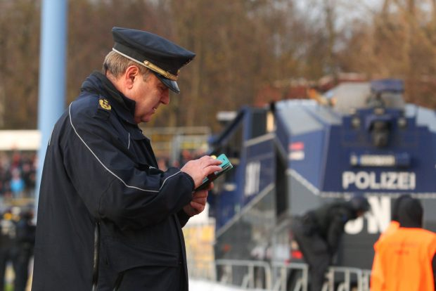 Polizeipräsident Bernd Merbitz hatte sicherheitshalber mal zwei Wasserwerfer mitgebracht. Foto: Jan Kaefer