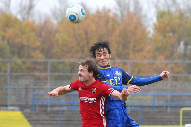 Hiromu Watahiki (Lok) gewinnt das Kopfballduell gegen Hendrik Hofgärtner. Foto: Jan Kaefer