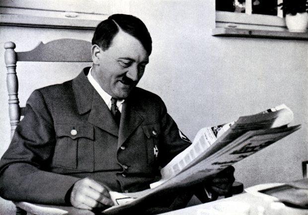 Die NSDAP erlebt erstmals einen Rückgang bei den (ständigen) Neuwahlen. Einer lauert noch im Hintergrund: Adolf Hitler beim Lesen positiver Nachrichten. Foto: Cigarettenbilder Versand Hamburg (gemeinfrei)