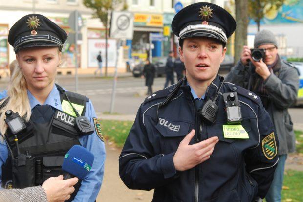 Polizistinnen mit Bodycam. Foto: René Loch