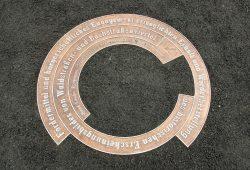 Die am Waldplatz eingelassene Bronzeplatte zur Würdigung der Städtebauförderung im Waldstraßen- und Bachstraßenviertel. Foto: Stadt Leipzig