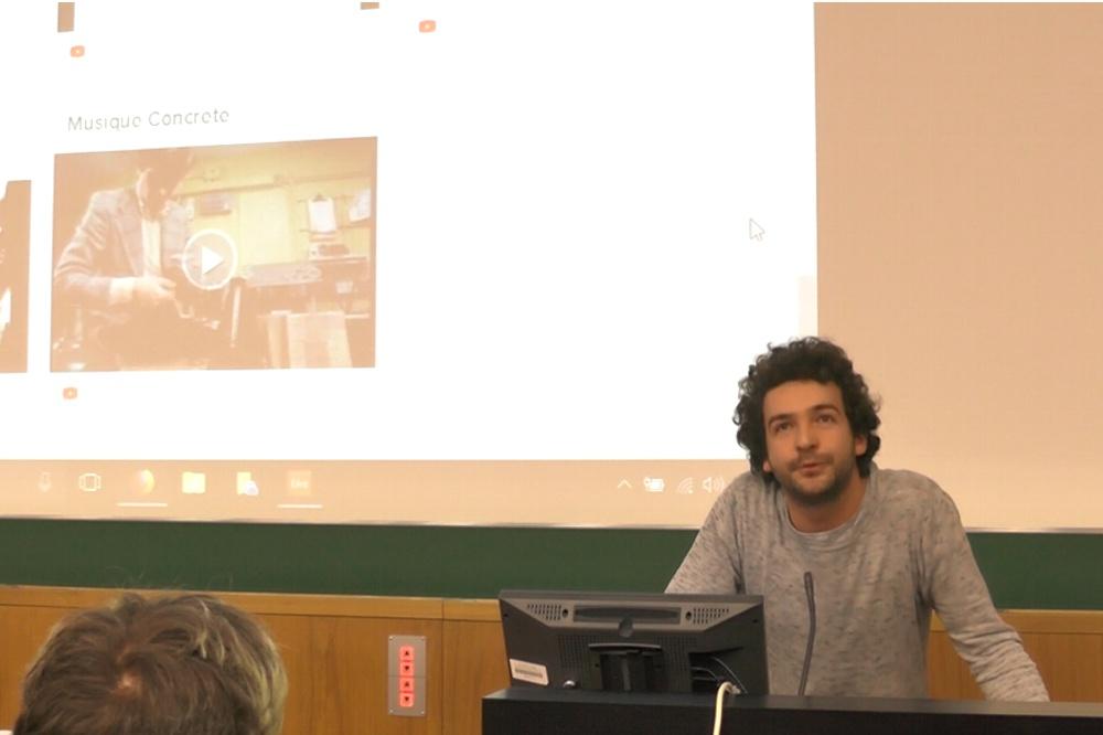 Dominik Ukolov bei seinem überlaufenen Vortrag über Techno an der Uni Leipzig. Screen Video L-IZ.de