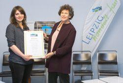 Kristina Klecko von Fairtrade Deutschland übergibt die Rezertifizierungsurkunde an Rektorin Beate Schücking (rechts). Foto: Swen Reichhold