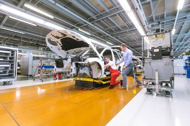 Uni-Projektmitarbeiter Marcel Krause gibt einem Porsche-Mitarbeiter Tipps für eine bessere Körperhaltung. Foto: Universität Leipzig, Swen Reichhold