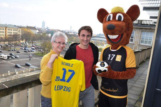 von links nach rechts: Kerstin Kirmes (Leiterin Amt für Sport), Martin Schulz (Triathlet) und das WM-Maskottchen Hanniball. Foto: Lokales Organisationskomitee Leipzig