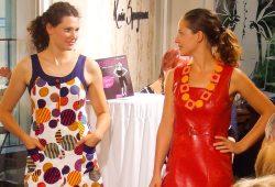 """Model (links) einem Kleid """"Marke Eigenbau"""" neben Model im Minikleid aus rotem Knautschlack vom VEB Regenbekleidung Berlin (1970er Jahre). Foto: """"Chic im Osten"""" e.V."""