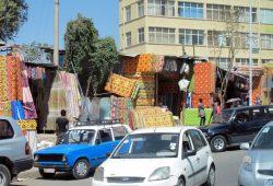 Typische Marktstände entlang dicht befahrener Straße in Addis Abeba. Foto: Monika Knoop