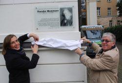 Dr. Skadi Jennicke und Professor Manfred Rudersdorf enthüllen die Gedenktafel für Theodor Mommsen. Foto: Stadt Leipzig